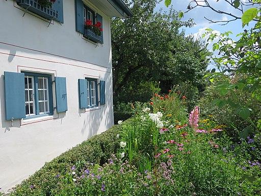 Darstellung Bauerngarten mit historischem Gebäude