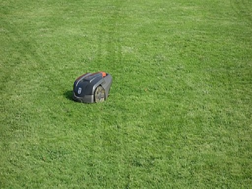 "Quelle [W.carter (https://commons.wikimedia.org/wiki/File:Husqvarna_Automower_308_with_track_marks_in_lawn.jpg), ""Husqvarna Automower 308 with track marks in lawn"", https://creativecommons.org/licenses/by-sa/4.0/legalcode]"
