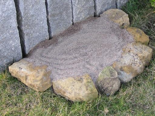 - Sand aus der Region  - Gemisch Sand/Lehm ungefähr 5/1  - regengeschützte, sonnige Stelle (Südseite)  - ca. 40 cm tief